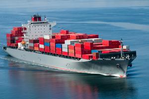 Barco que transporta mercancías por mar
