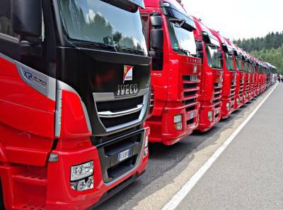 camiones listos para un servicio de transporte internacional
